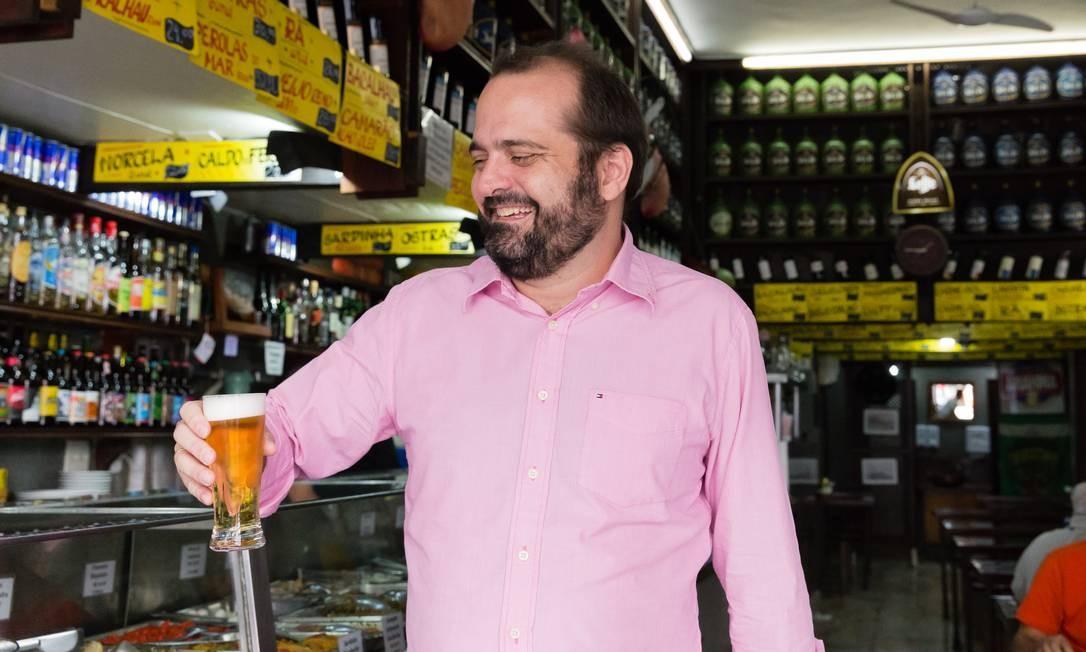 Juarez Becoza oferece tour etílico-gastronômico por Copacabana, com degustação de cerveja local, cachaça e batida, além de refeições. Durante o passeio, ele conta histórias de cada uma das bebidas e da cena carioca de bares. Por R$ 250. Foto: Divulgação/Airbnb