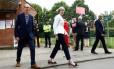 Theresa May deixa local de votação, em Sonning