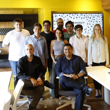 Diniz (sentado, à direita) e integrantes do grupo que participa do evento no laboratório da PUC Foto: Fabio Rossi / Agência O Globo
