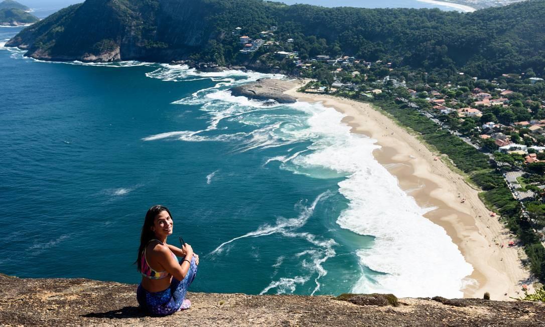 A anfitriã Ana leva turistas e cariocas até a praia de Itacoatiara, uma das joias de Niteroi, com direito a trilha e almoço no local. Por R$ 150. Foto: Gustavo Wittich / Gustavo Wittich/Divulgação