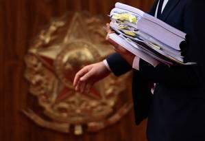 Documentos do julgamento da chapa Dilma-Temer no Tribunal Superior Eleitoral (TSE) Foto: Jorge William / Agência O Globo