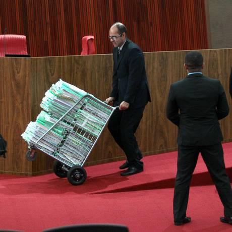 Documentos do julgamento da chapa Dilma-Temer no Tribunal Superior Eleitoral Foto: Jorge William / Agência O Globo / 9-6-2017