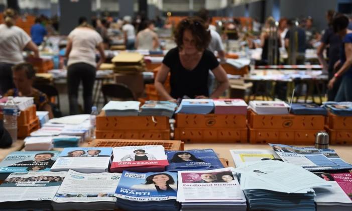 Planfletos dos candidatos ao Parlamento francês são preparados em Marselha, no Sul da França Foto: BORIS HORVAT / AFP