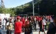 Torcedores do Flamengo fazem protesto na entrada do CT do Ninho do Urubu