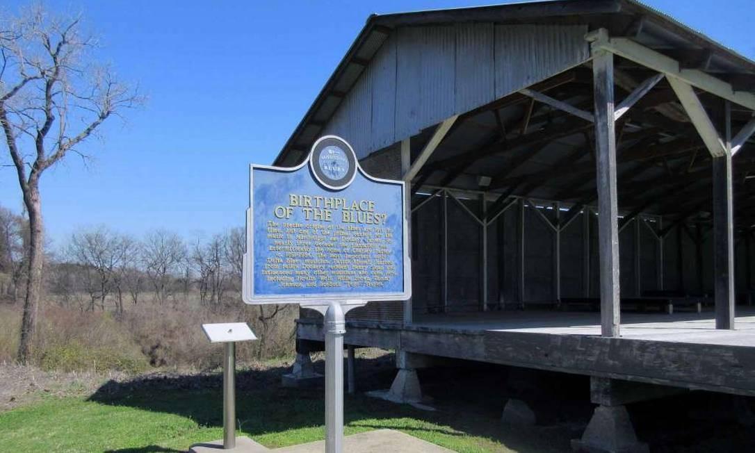 A Dockery Farms em Cleveland, Mississipi. Placa do Mississippi Blues Trail se pergunta se a plantação de algodão Dockery pode ser, de fato, considerada o local de nascimento dos Blues. Foto: Beth J. Harpaz