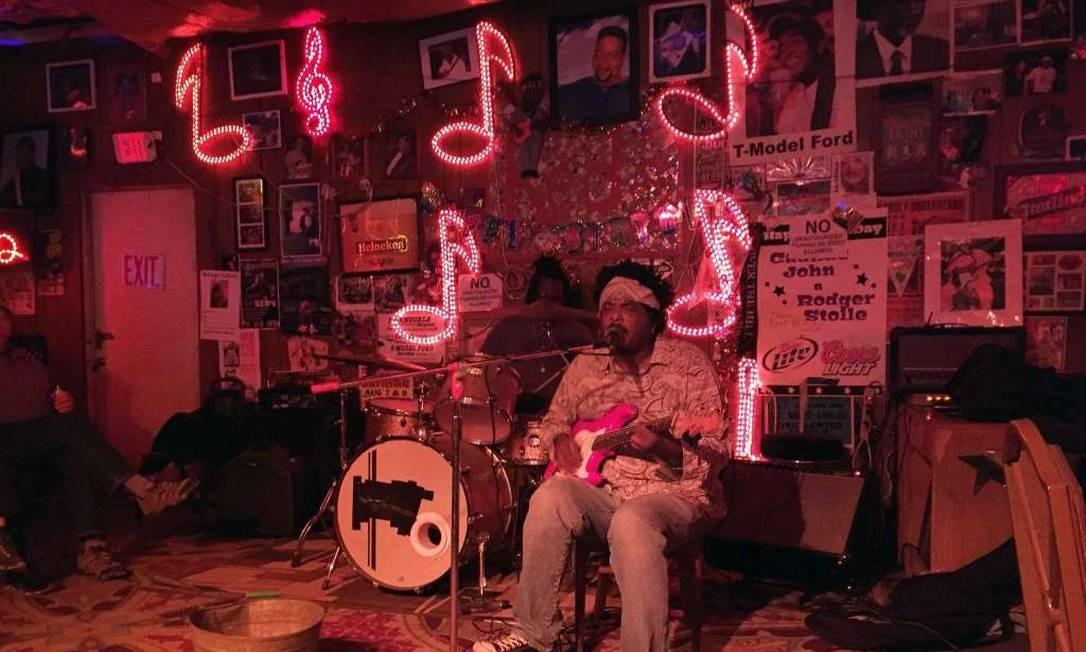 O guitarrista Lucious Spiller toca no Red's, um dos vários clubes em Clarksdale, Mississippi, com show de música ao vivo Foto: Beth J. Harpaz