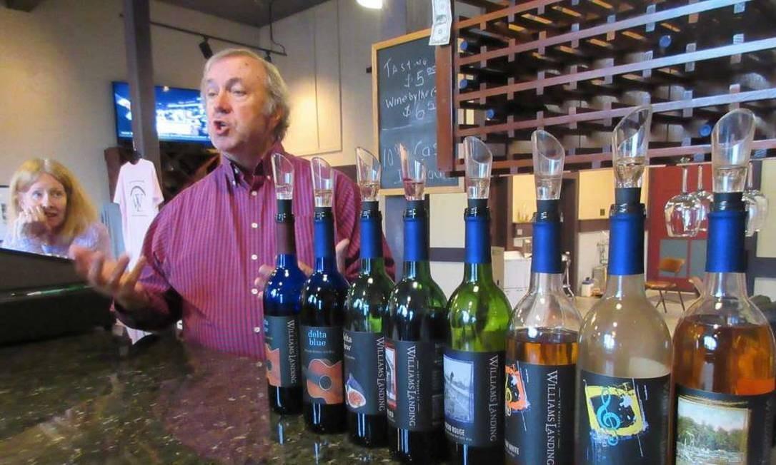 Lonnie Bailey e sua esposa Debbie são donos da Winery em Williams Landing. Eles exibem sua sala de degustação em Greenwood, no Mississippi Foto: Beth J. Harpaz