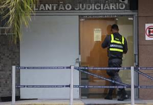 Policial em frente ao Plantão Judiciário na Rua Dom Manoel, atrás do Tribunal de Justiça do Rio Foto: Márcio Alves / Agência O Globo