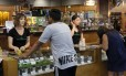 Clientes na loja ShowGrow, em Los Angeles: economista acredita que legalização pode varrer cartéis do negócio das drogas