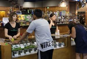 Clientes na loja ShowGrow, em Los Angeles: economista acredita que legalização pode varrer cartéis do negócio das drogas Foto: Richard Vogel/AP/20-04-2017