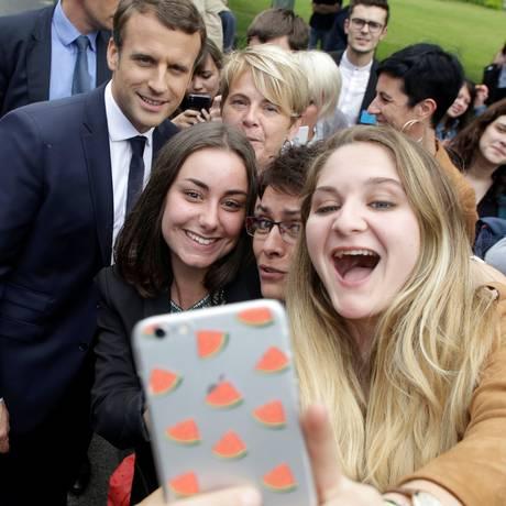 Estudantes fazem selfie com Macron em Verneuil-sur-Vienne Foto: POOL / REUTERS