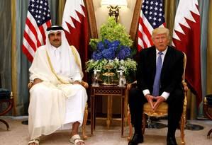 O presidente dos EUA, Donald Trump, e o emir do Catar, xeique Tamim Bin Hamad Al-Thani, em encontyro no último dia 21 de maior na Arábia Saudita: para americano, país deve ser esforçar mais na luta contra o terrorismo Foto: REUTERS/Jonathan Ernst