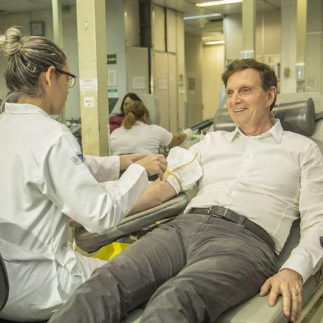 Crivella participou de uma campanha de doação de sangue na manhã deste sábado Foto: Analice Paron / Agência O Globo