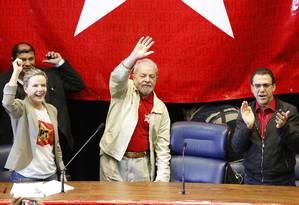 Lula entre Gleisi Hoffmann e Luiz Marinho, durante evento do PT em São Paulo. Foto: Edilson Dantas / Agencia O Globo Foto: Edilson Dantas / Agência O Globo