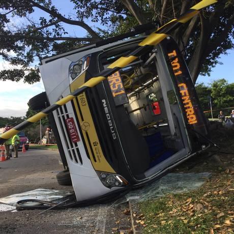 Ônibus da linha Trocal 1 tombou perto do Aeroporto Santos Dumont Foto: Bruno Calixto / Agência O Globo