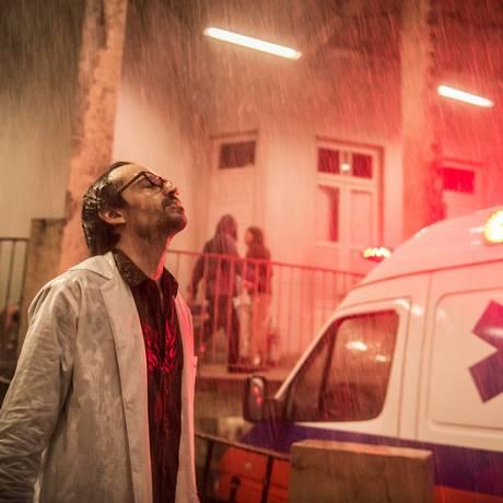Evandro (Julio Andrade) durante uma noite pesada na emergência do hospital Foto: Divulgação/TV Globo/Mauricio Fidalgo