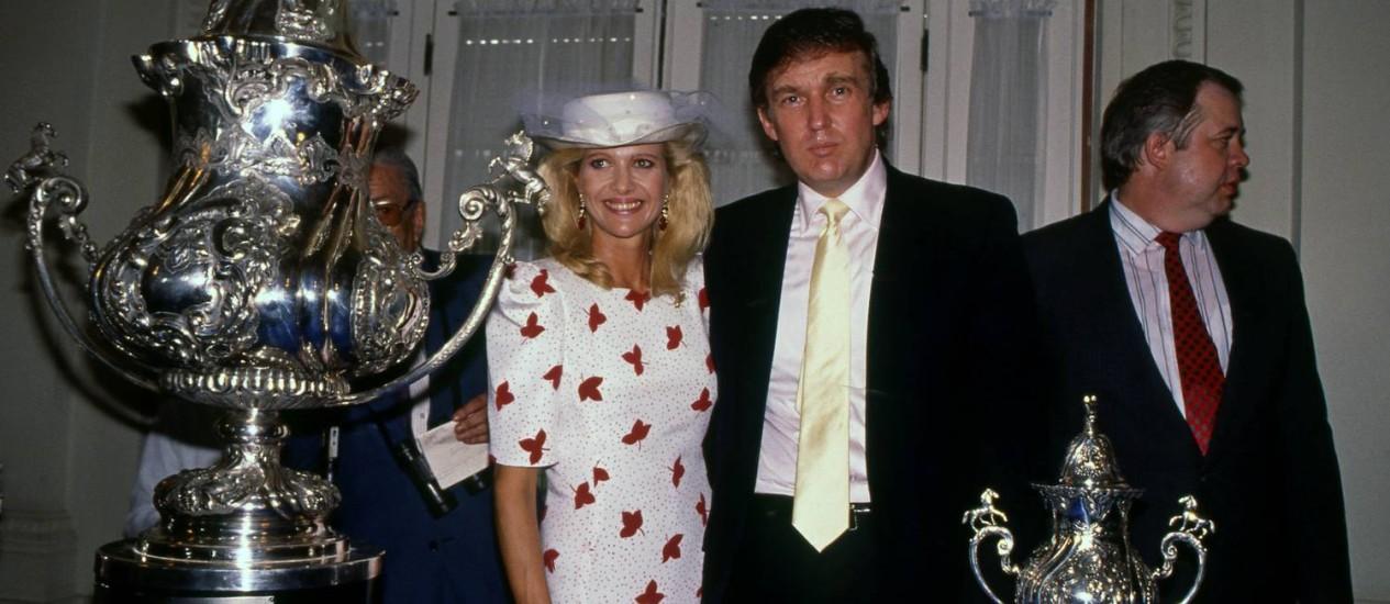 Donald Trump e a mulher, Ivana, com os troféus da Trump Cup em 1989
