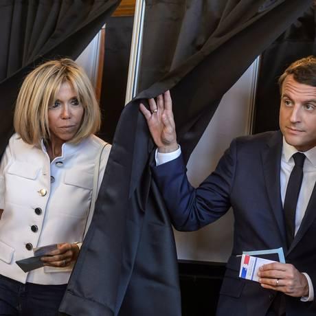 O presidente francês Emmanuel Macron e sua mulher Brigitte votaram no primeiro turno das eleições legislativas Foto: POOL / REUTERS