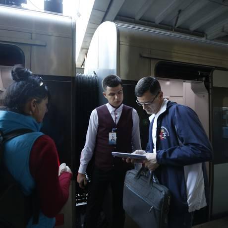 Passageiros ucranianos passam por checagem de bilhetes, em Kiev, para embarcar em trem para Polônia Foto: Sergei Chuzavkov / AP