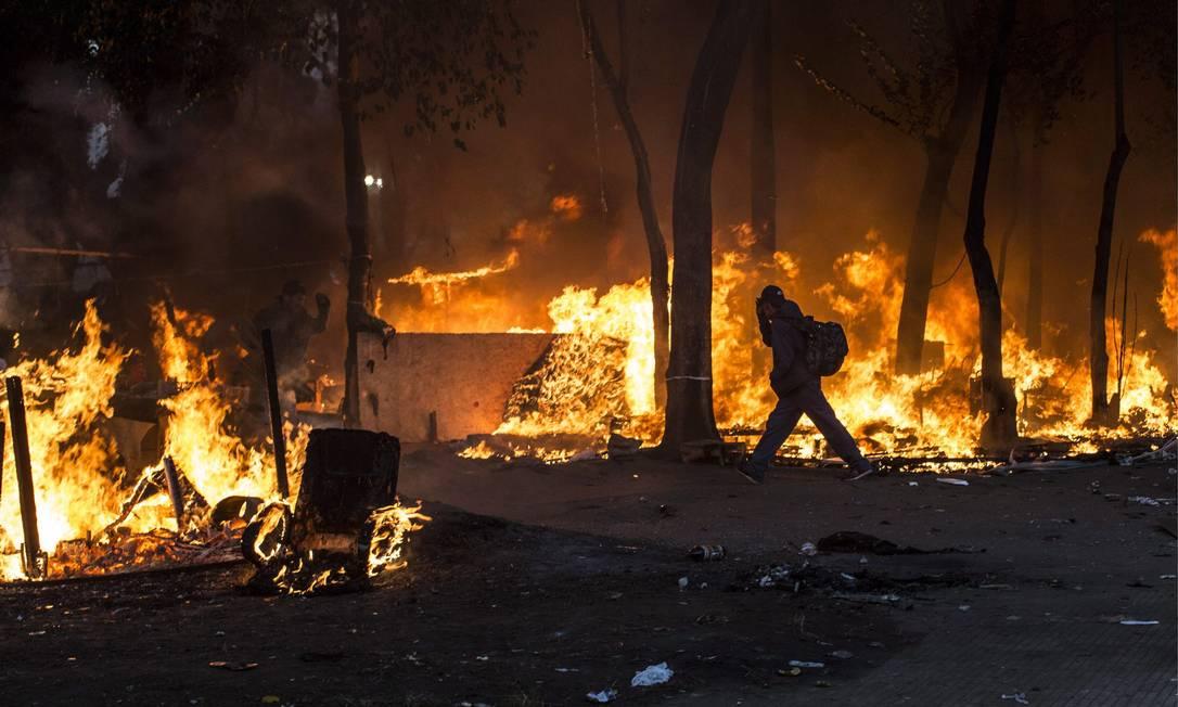 Usuários de crack atearam fogo em barracas e chamas se espalharam pela Praça Princesa Isabel em ação de desocupação Edilson Dantas / Agência O Globo