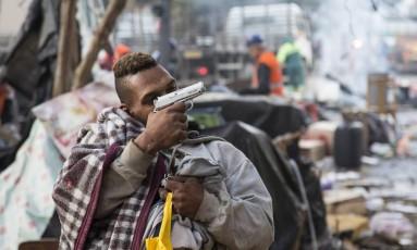 Traficante é flagrado armado durante ação da PM e da Guarda Municipal de São Paulo para desocupação da Praça Princesa Isabel Foto: Agência O Globo