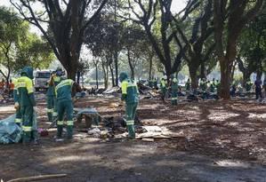 Agentes da prefeitura fazem limpeza na Praça Princesa Isabel após ação da PM e da Guarda Foto: Edilson Dantas / Agência O Globo