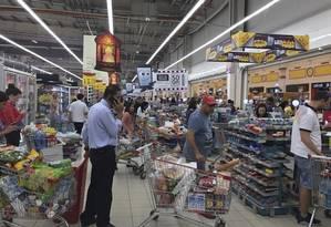 Com receio de enfrentar desabastecimneto, a população do Qatar tem ido aos mercados para fazer estoques de alimentos e água Foto: AP