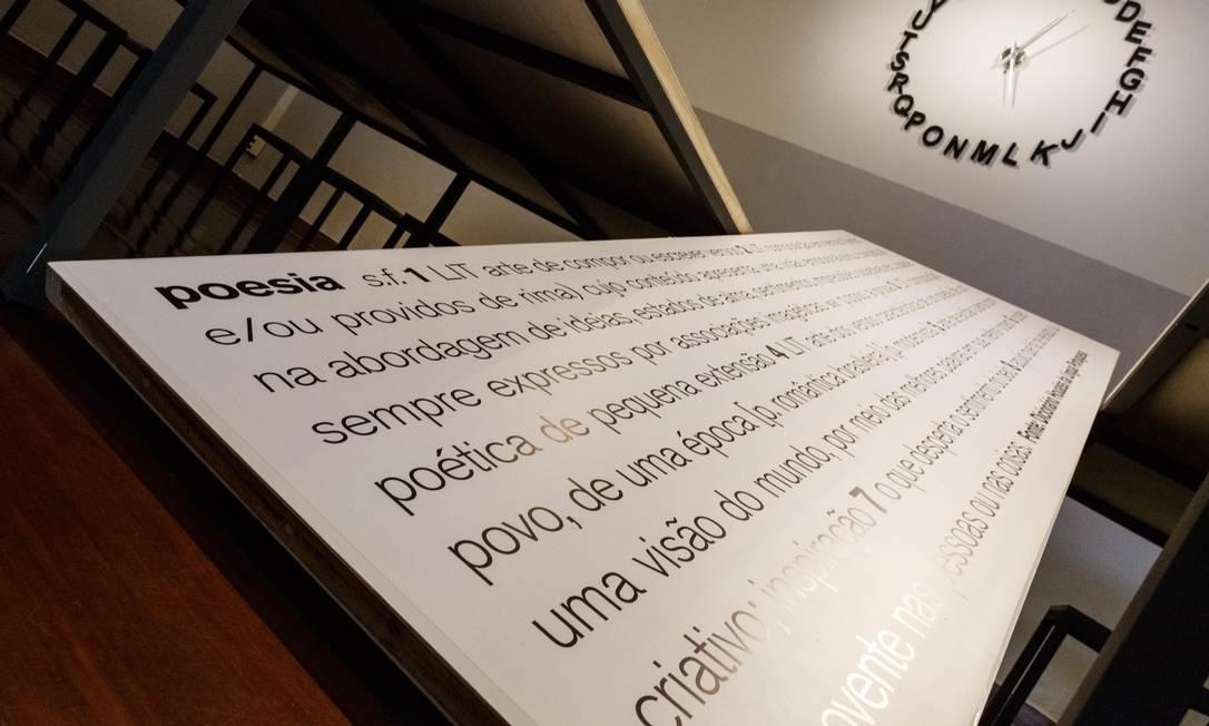 Poemas selecionados pelo curador Lucas Viriato ganharam intervenções do cenógrafo André Cortez Foto: Ulisses Dumas / Divulgação