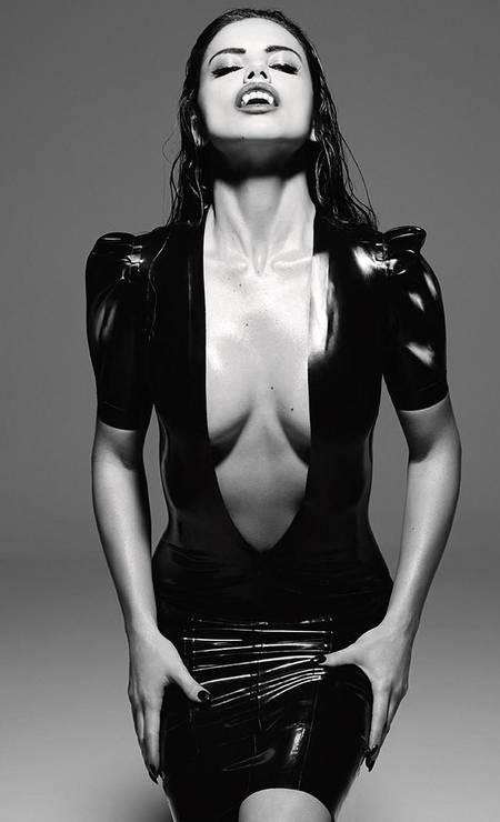 """Em 2016, Adriana se vestiu de vampira sexy para a """"GQ"""" espanhola Foto: Divulgação"""