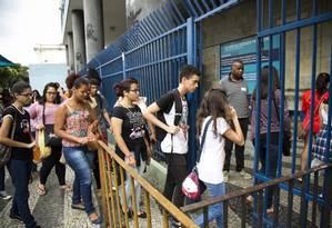 Candidatos chegam a local de prova do Enem no Rio; nota no exame é critério para concessão de bolsas via Prouni Foto: Mônica Imbuzeiro / Agência O Globo