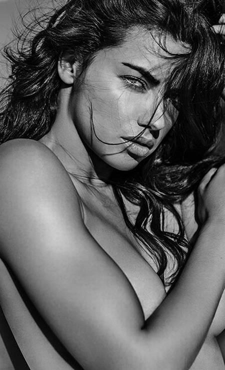 Parte da família da marca de lingerie, Adriana topou posar nua para o livro do fotógrafo e colaborador da VS Russel James Foto: Russel James