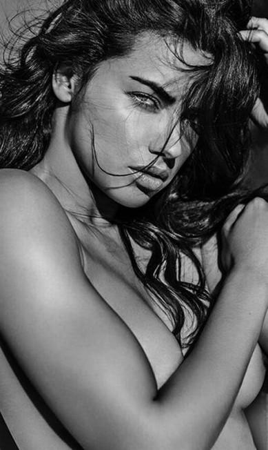 Parte da família da marca de lingerie, Adriana topou posar nua para o livro do fotógrafo e colaborador da VS Russel James Russel James