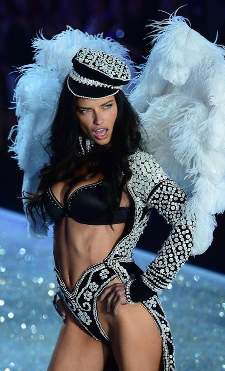 Nas passarelas, Adriana Lima sempre rende fotos altamente sensuais. Aqui, uma das imagens mais famosas da modelo em ação para a Victoria's Secret em 2013 Foto: EMMANUEL DUNAND / AFP