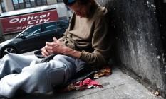 Homem aparenta sofrer efeitos de drogas no Bronx, região de Nova York que passa por epidemia de opioides Foto: SPENCER PLATT / AFP
