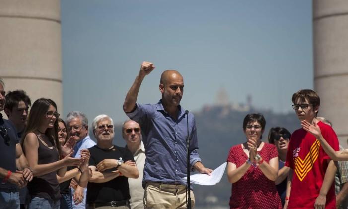 Guardiola discursa a favor da independência da Catalunha em manifestação política Foto: Emilio Morenatti / AP