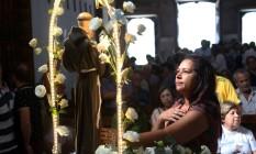 Fiéis rezam para Santo Antônio Foto: Custódio Coimbra / Agência O Globo
