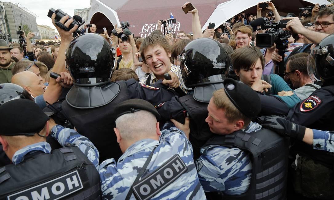 """Polícia bloqueia manifestantes durante um protesto no centro de Moscou, na Rússia. Multidão gritava: """"Rússia sem Putin!"""" e """"Liberdade para Navalny!"""" Foto: Alexander Zemlianichenko / AP"""