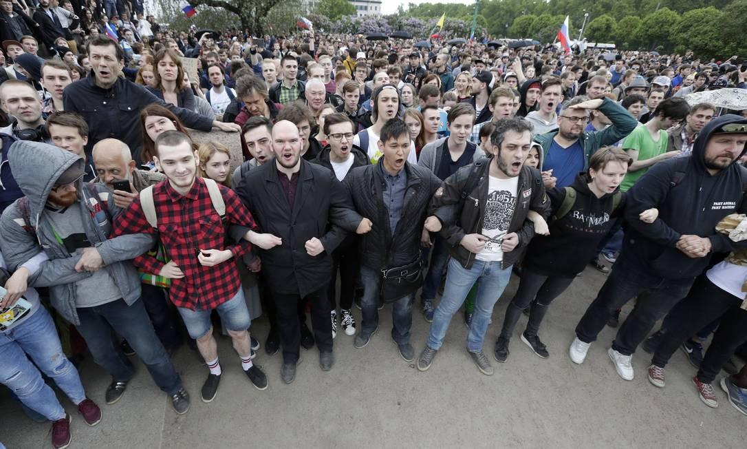 Manifestantes formam uma cadeia humana durante um protesto contra a corrupção em São Petersburgo, na Rússia. Cerca de 300 pessoas foram detidas na cidade Foto: Dmitri Lovetsky / AP