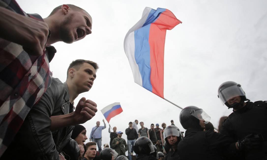 Manifestantes gritam durante um protesto contra a corrupção no centro de São Petersburgo, na Rússia Foto: ANTON VAGANOV / REUTERS