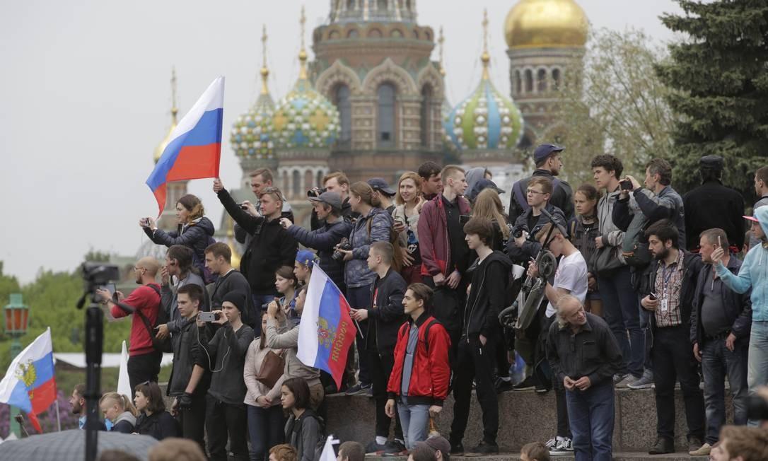 Pessoas participam de protesto contra a corrupção em São Petersburgo, na Rússia Foto: Dmitri Lovetsky / AP