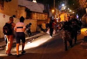 Moradores esperaram situação acalmar para subir a comunidade Foto: Marcelo Theobald / Agência O Globo