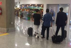 Marcello Crivella, de costas, à esquerda, segue para embarque em aeroporto Foto: Foto de leitor
