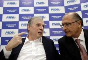 O senador Tasso Jereissati (PSDB-CE), presidente interino do partido, conversa com o governador de São Paulo, Geraldo Alckmin Foto: UESLEI MARCELINO / REUTERS