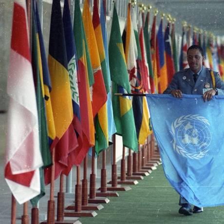 Guarda da ONU recolhe bandeiras do Riocentro após cerimônia de encerramento da Rio92 Foto: Marcelo Carnaval/14-6-1992