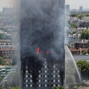 Fumaça e chamas são vistas no arranha-céu Grenfell Tower enquanto bombeiros tentam controlar o fogo em um bloco residencial, no oeste de Londres. Ao menos seis pessoas morreram quando o incêndio atingiu os apartamentos no meio da noite Foto: ADRIAN DENNIS / AFP