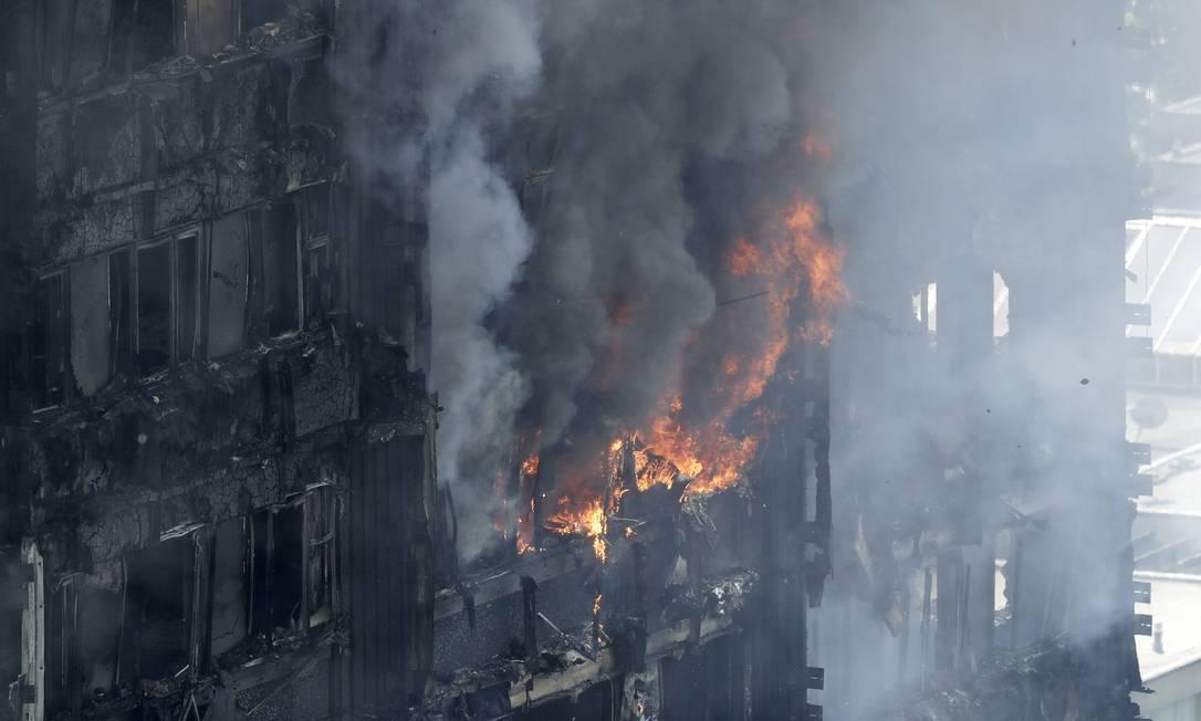 Fogo atinge apartamentos de alto nível no oeste de Londres. Mais de 70 pessoas foram levadas a seis hospitais, 20 delas em estado crítico Matt Dunham / AP