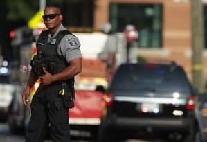 Um policial de Alexandria patrulha o local próximo ao tiroteio em Virgínia, EUA Foto: ALEX WONG / AFP