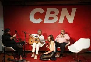 Jorge Bastos Moreno recebe Gilberto Gil, Roberta Sá e Yamandu Costa em seu programa na Radio CBN Foto: Fábio Rossi / Agência O Globo