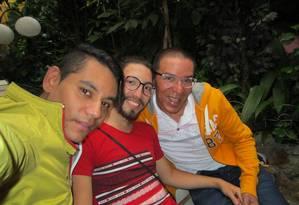 Víctor, Alejandro e Manuel se casaram num cartório em Medelim Foto: ARQUIVO PESSOAL / FACEBOOK