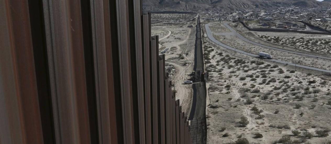 O presidente Trump planeja aumentar o muro separando os EUA do México em 2018 Foto: Christian Torres / AP